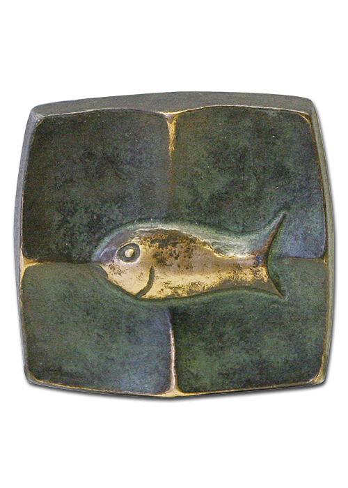 Bronzekreuz mit grün patiniertem Fisch