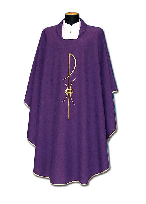 Violettes Messgewand mit gesticktem Symbol