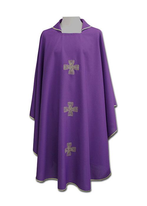 Violettes Messgewand mit gestickten Kreuzen